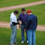 Thomas Rochel übergibt den First-Pitch-Ball als Erinnerung