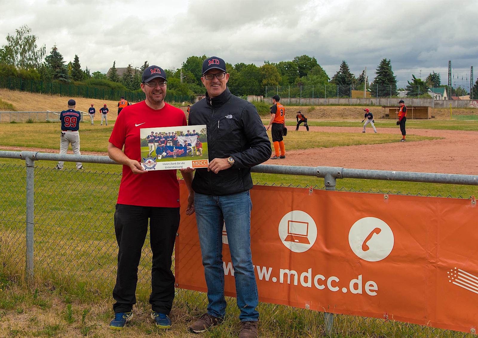 Thomas Rochel übergibt ein Foto an MDCC-Geschäftsführer Guido Nienhaus